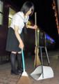 水沼駅 ホームを そうじする 船越礼子さん (あさひ)
