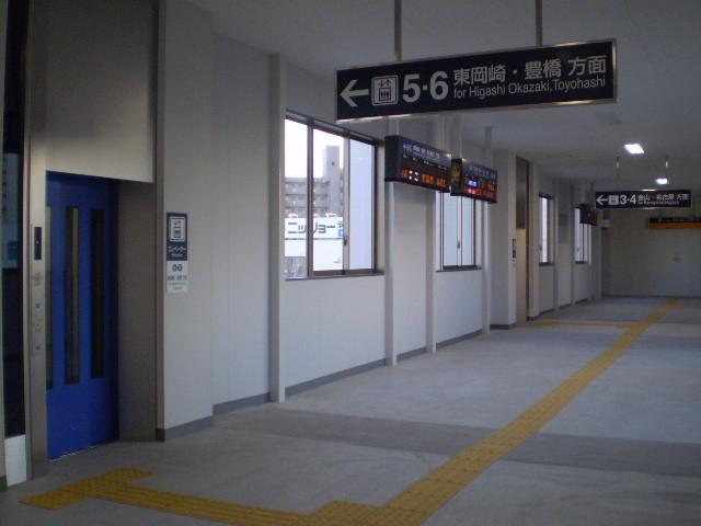 110103-05 新安城 こ線橋の なか (さがり線 エレベーターは あお)