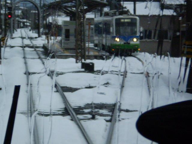 110115-19 水落で  対向 電車と すれちがい