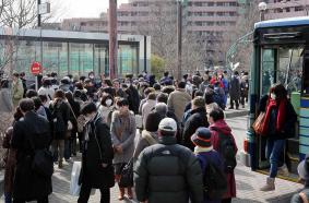 台原駅で 長蛇の 列を なす、バスから 地下鉄への のりつぎ 客 (かほく)