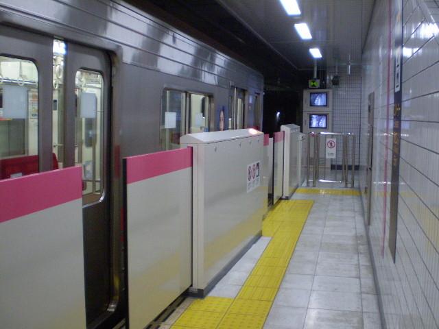 110507-14 徳重駅で そうじの おばさんを のせた まま 車庫へ