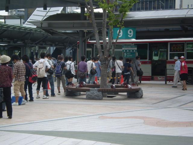 110623 46-06 岐阜 えきまえ 9番 バス停の 行列 02