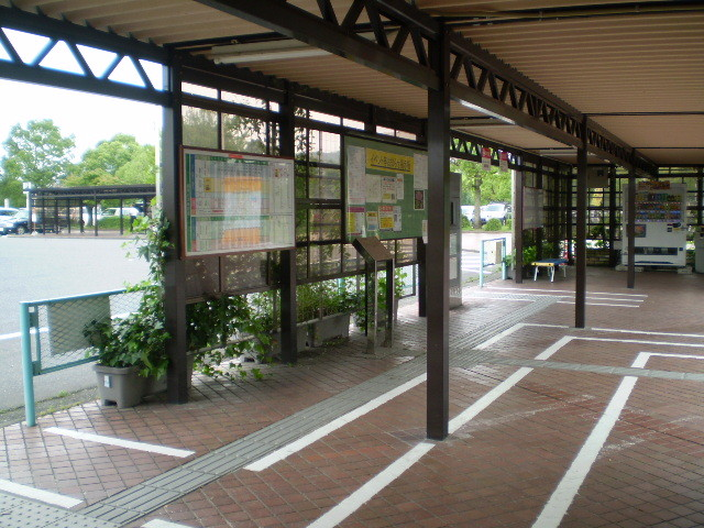 110623 46-38 岐阜大学 バス停の なか