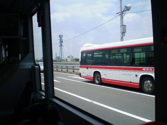 110623 46-43 まどから (バスと すれちがい)
