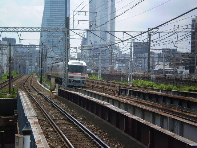 110710 23 栄生駅で となりの 東海道線を いく あがり ワイドビューひだ
