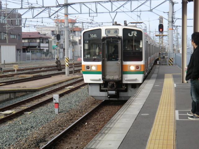 111109 愛環 (8) 14:01 岡崎の 愛環 ホームに はいって くる 電車