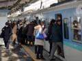 韮崎で甲府いきの電車にのりこむひとたち(山梨日日新聞 2014.2.19)