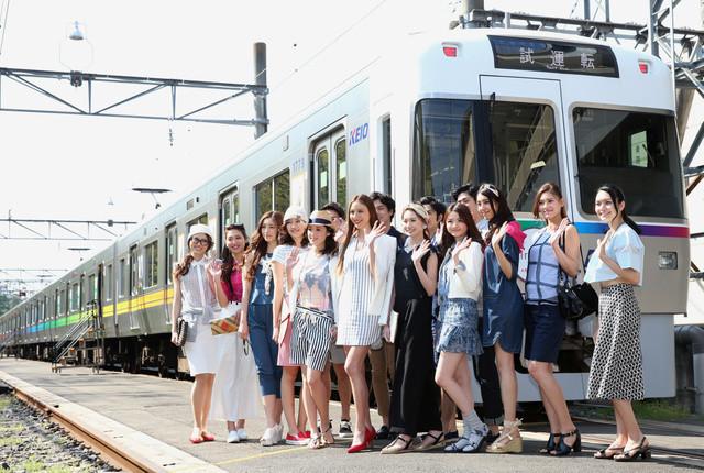 井の頭線電車内ファッションショー02(あさひ)640-430