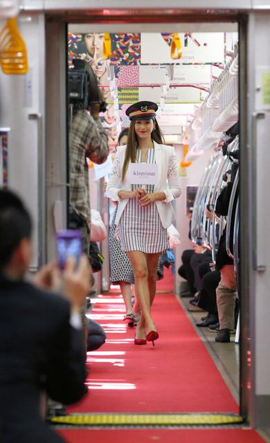 井の頭線電車内ファッションショー01(あさひ)390-640