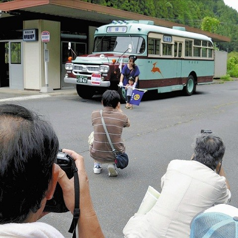 専用道城戸駅にとまるボンネットバス(よみうり)