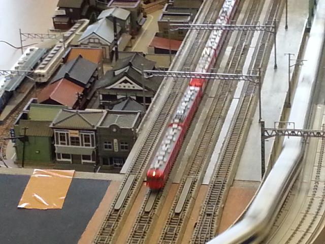 パノラマカーをまんなかにはさんであかい電車がはしる