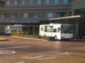 更生病院 - みぎまわり循環線バスと高棚線バス