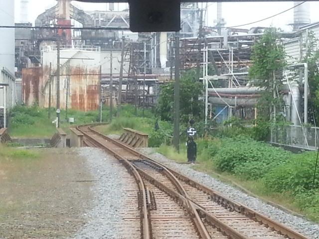 20150509_093024 岳南江尾いきふつう - 製紙工場地帯をいく