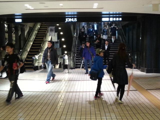 20151115_083800 横浜 - 相模鉄道かいさつ階にのぼる階段