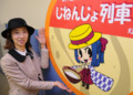 「じねんじょ列車」を宣伝する明知鉄道の伊藤温子さん(まいにち)