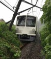脱線した多摩湖線の電車(さんけい)01 520-600