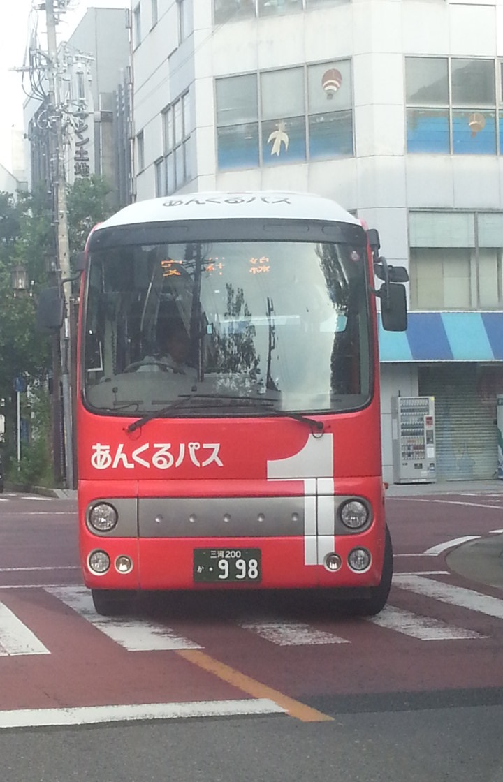 20161005_080414 御幸本町交差点 - あかいバス
