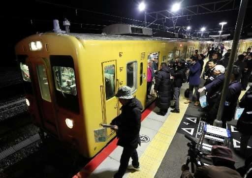 あき亀山駅をしゅっぱつする一番列車(山下悟史さんさつえい)(中国