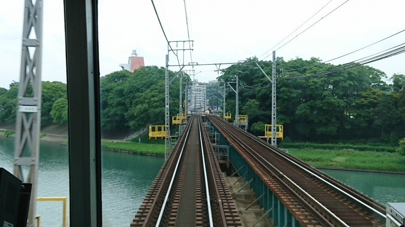 2018.5.6 東岡崎 (14) 東岡崎いきふつう - 菅生川をわたる 800-450