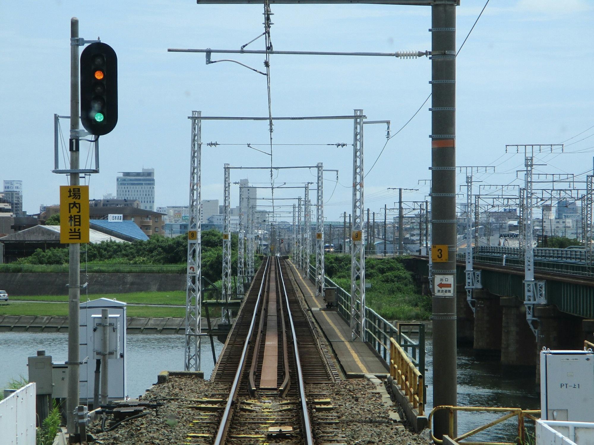 2018.6.19 (49) 豊橋いき急行 - 豊川(とよがわ)をわたる 2000-1500