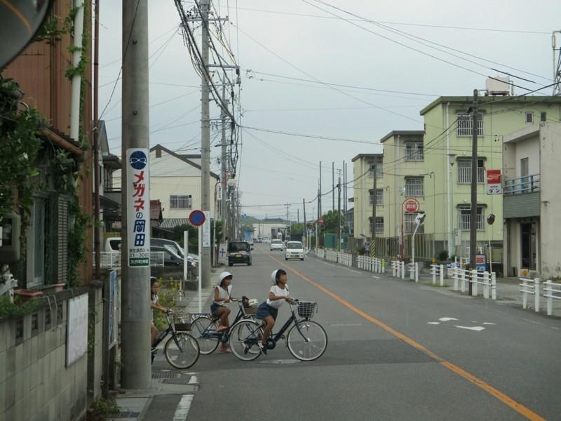 2018.8.7 (32) 西岡崎駅いきバス - 自転車の小学生らが横断 1600-1200