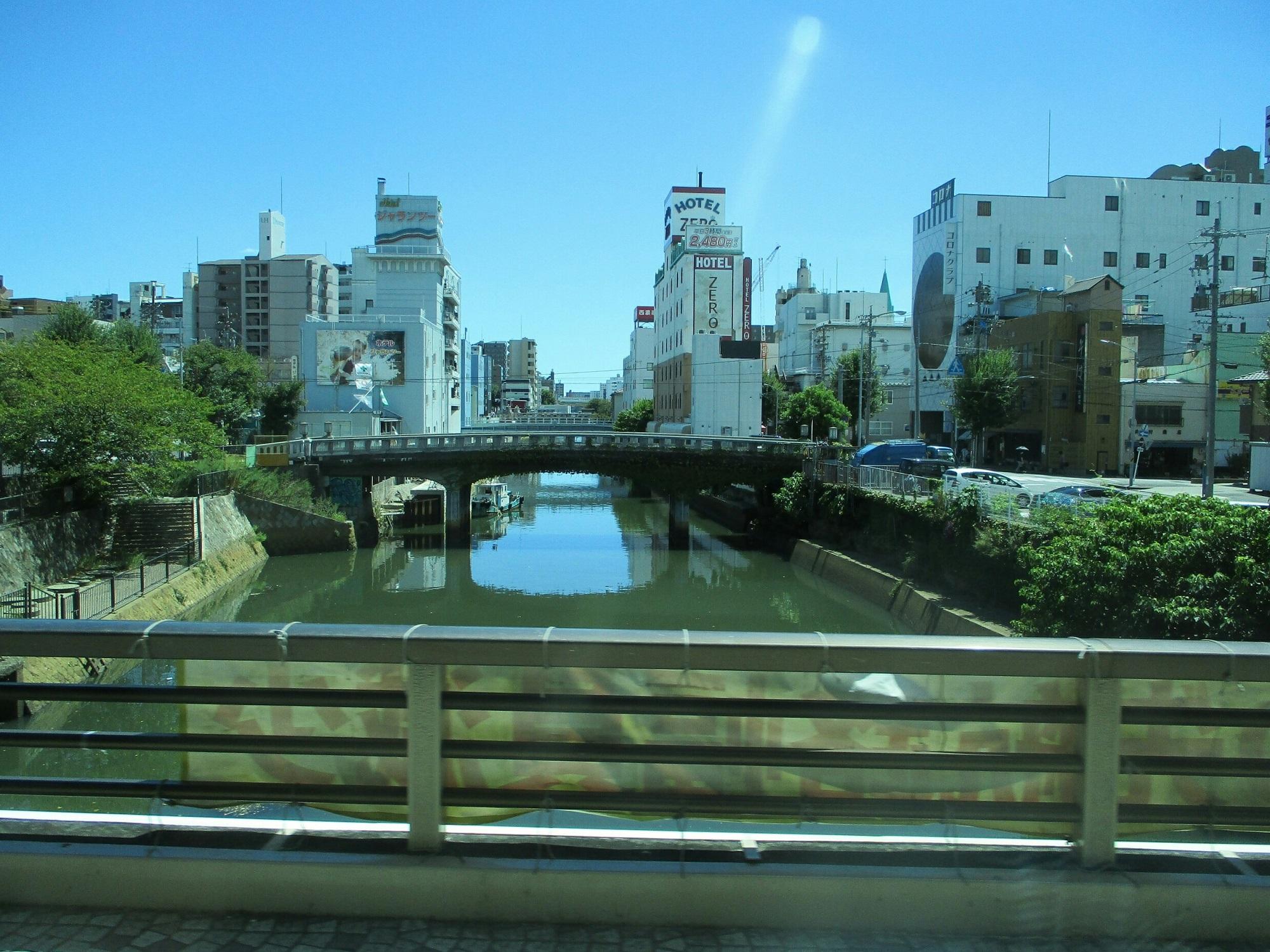 2018.8.22 (8) 名鉄バスセンターいきバス - 堀川をわたる 2000-1500