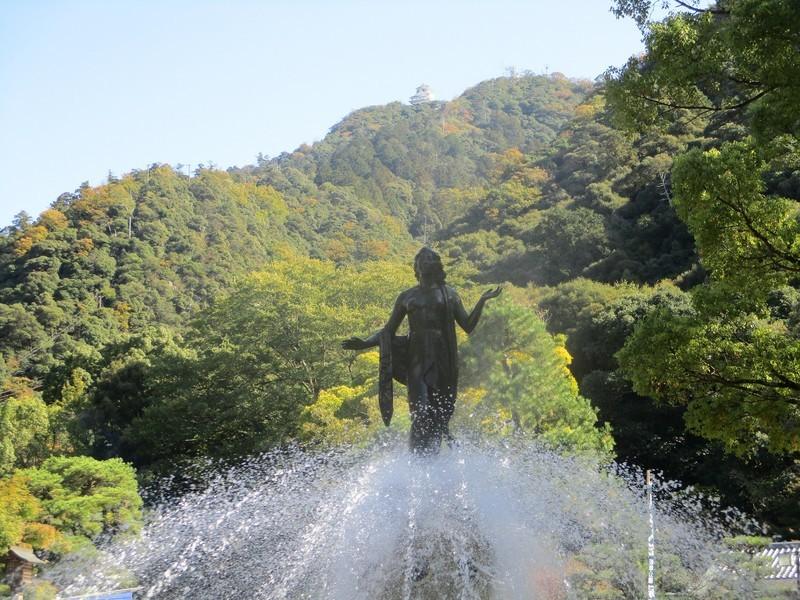2018.11.7 (25) 岐阜公園の銅像ごしにみる岐阜城 2000-1500