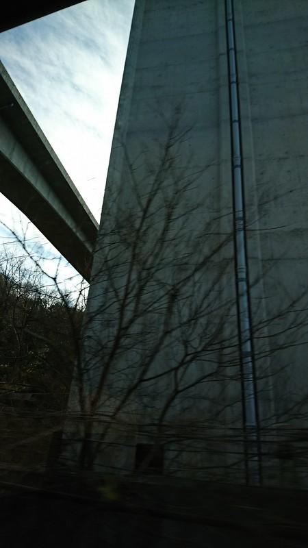 2019.1.11 おいでん (15) 豊田市いきバス - 東海環状道橋脚 720-1280