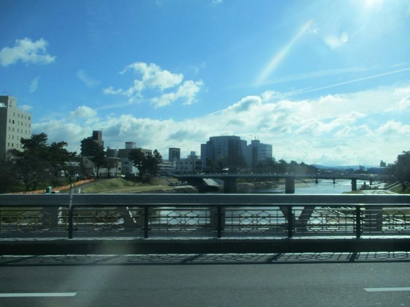 2019.3.7 (9) 奥殿陣屋いきバス - 殿橋をわたる 1600-1200