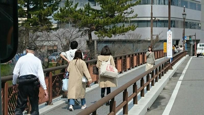 2019.3.12 (6) 大樹寺いきバス - 明代橋をわたる 960-540