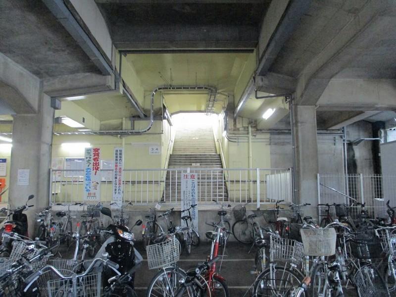 2019.4.25 (46) 北野桝塚 - ホームにあがる階段 1600-1200