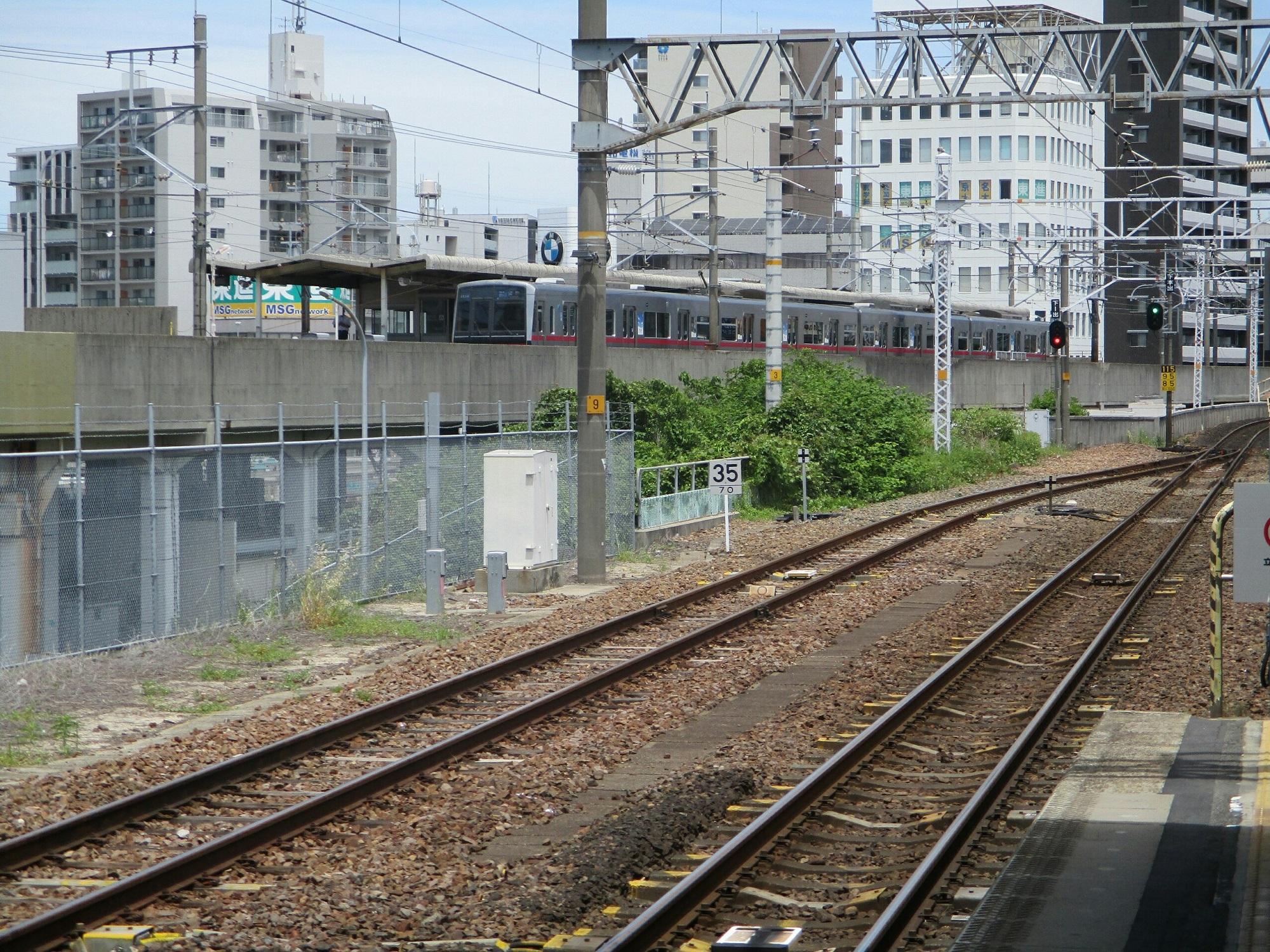 2019.5.22 (9) 大曽根 - 中央線ホームから名鉄ホームの栄町いき急行をみる 2000-1500