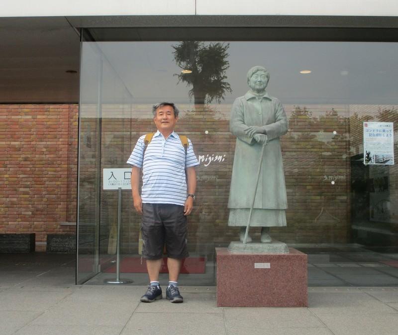 2019.6.18 (30) 三岸節子記念美術館 - 三岸節子の銅像 1760-1480