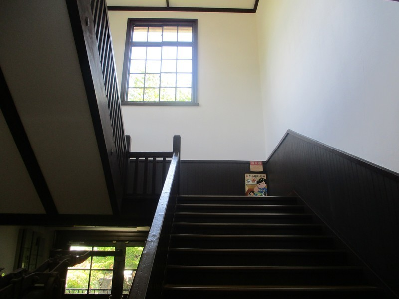 2019.7.30 (20) 旧亀城小学校 - 1階みぎ階段 2000-1500