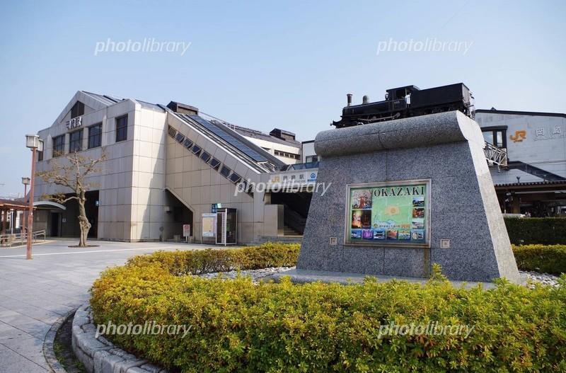 岡崎駅と汽車のモニュメント(あっかさん) 1200-790