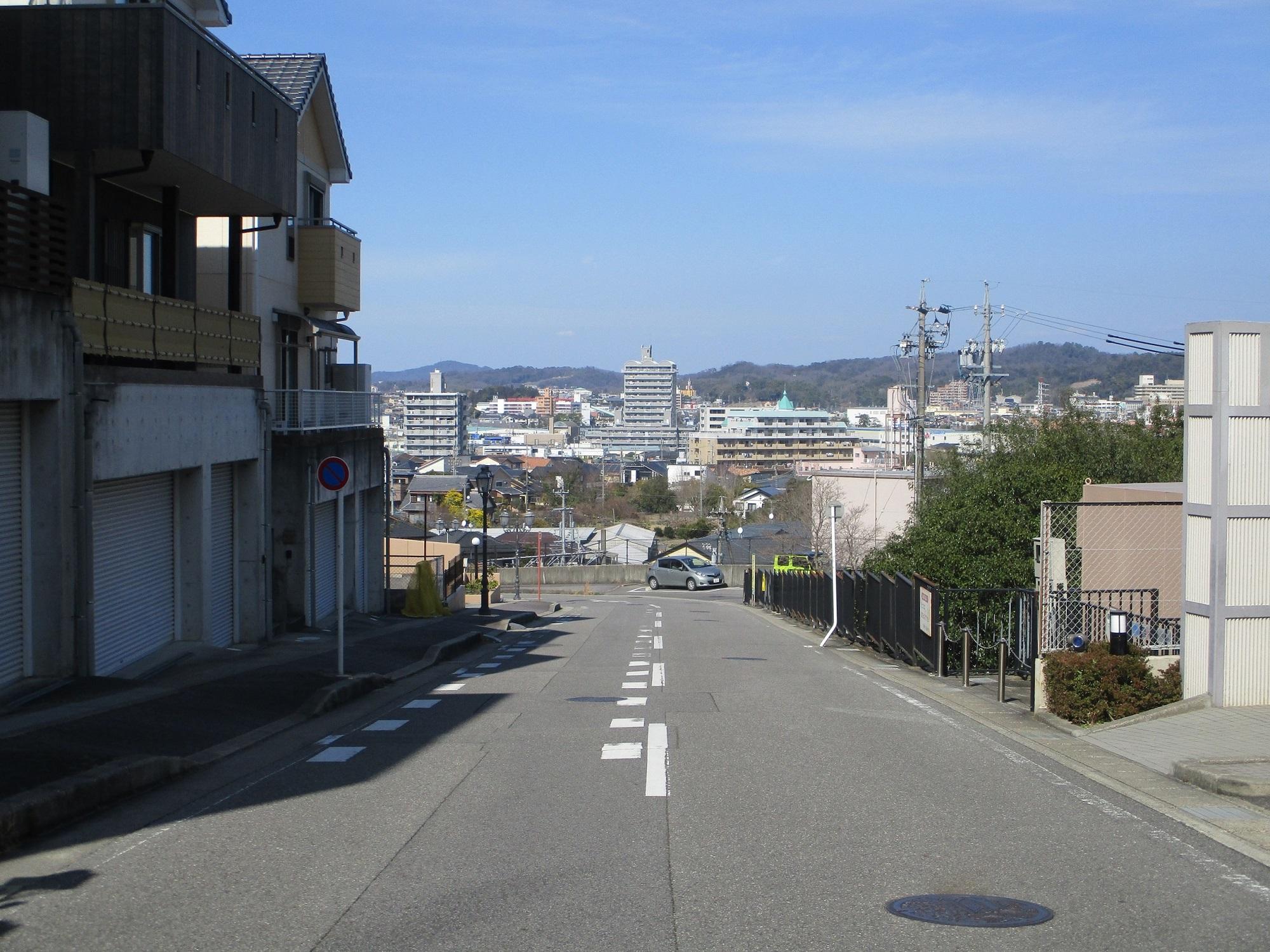 2020.3.7 (22) 竜美新町のさかみちからきたをみおろす 2000-1500