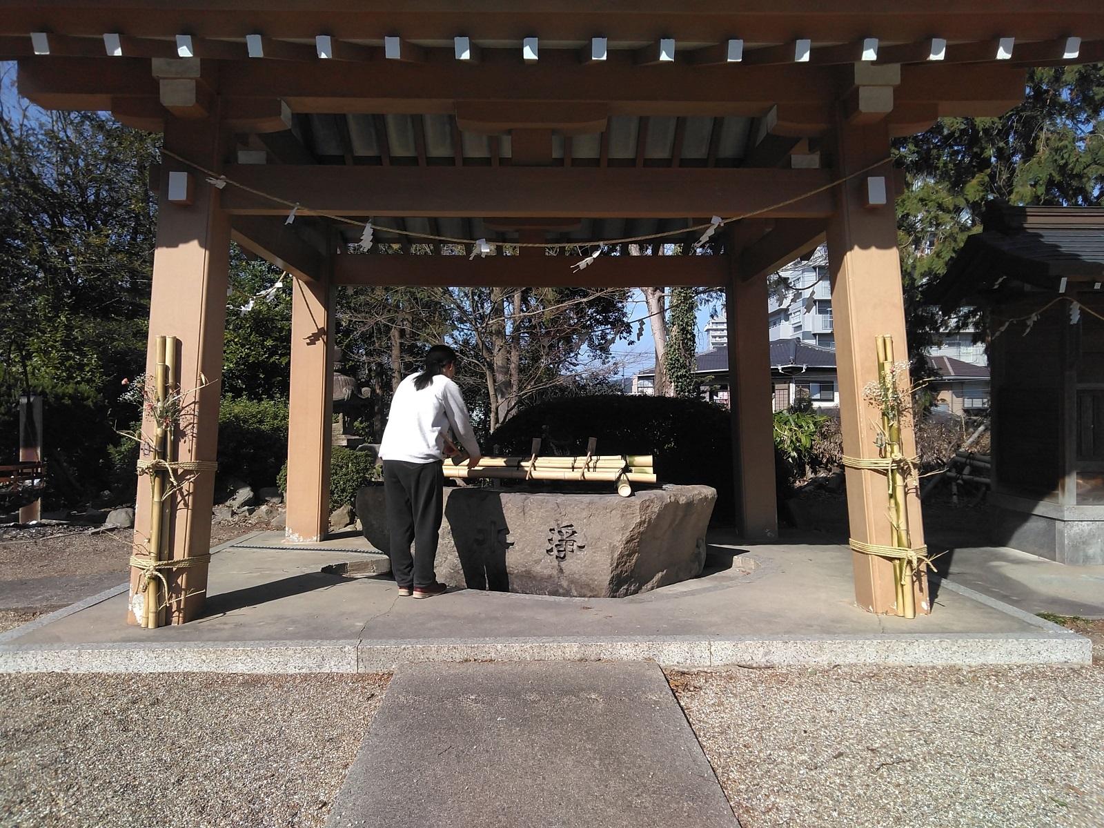 2020.3.7 (10001) 14:34 白鳥神社 - 手水舎 1600-1200