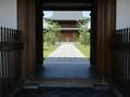 2020.5.14 (3) 小松寺 - 山門から本堂をのぞく 2000-1500