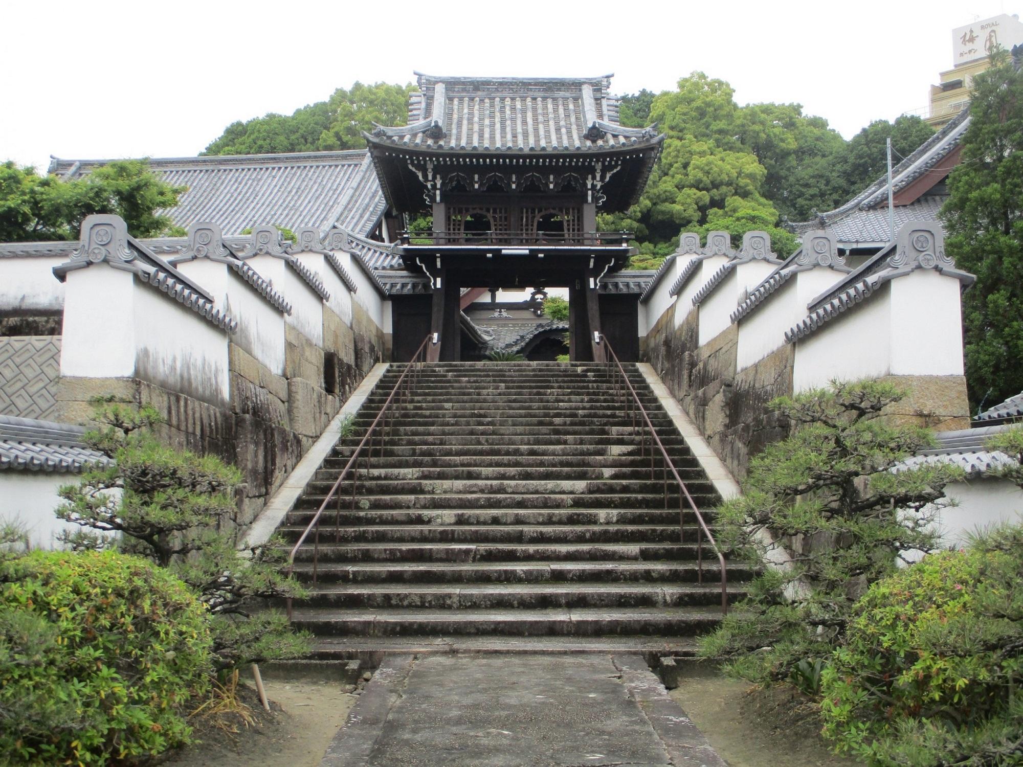 2020.5.19 (4) 随念寺 - いしだんの参道、土塀、中門 2000-1500