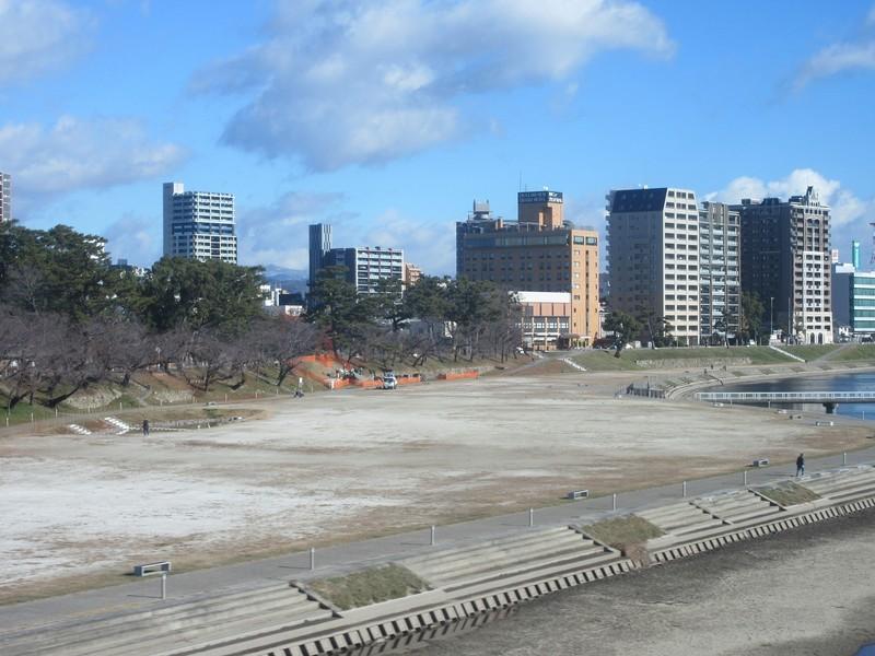 2020.12.17 (8) 東岡崎いきふつう - 菅生川をわたる 1600-1200