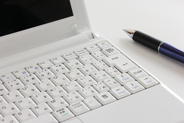 パソコンとボールペン