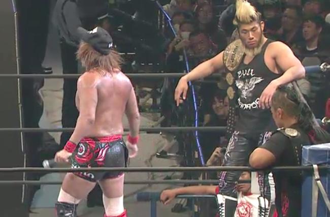 マイクを握る内藤哲也の背後にいるSANADA