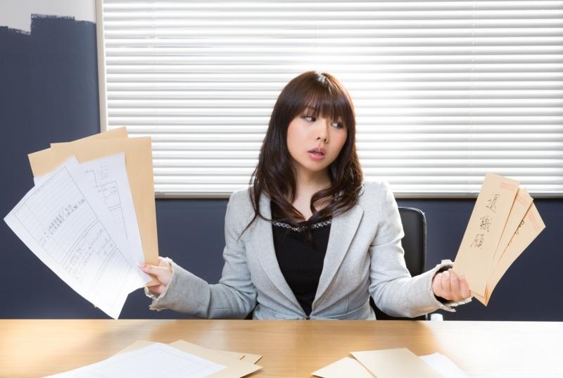 履歴書を沢山見てうんざりする女性