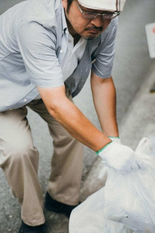 ゴミ拾いする男性
