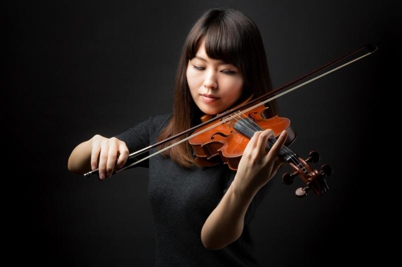 ヴァイオリンを演奏する女性