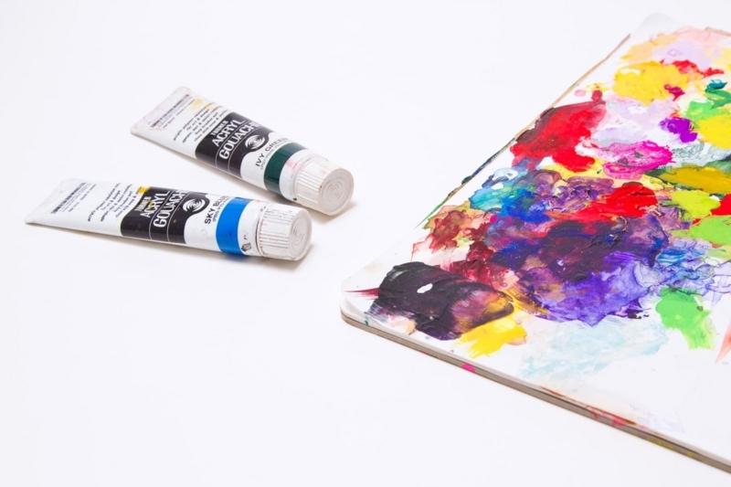 絵の具と紙でイラストを作成