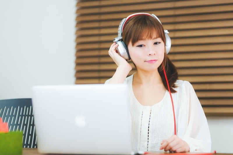 PCで音楽鑑賞する女性