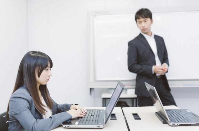 パソコン教室に通い資格取得を狙う女性