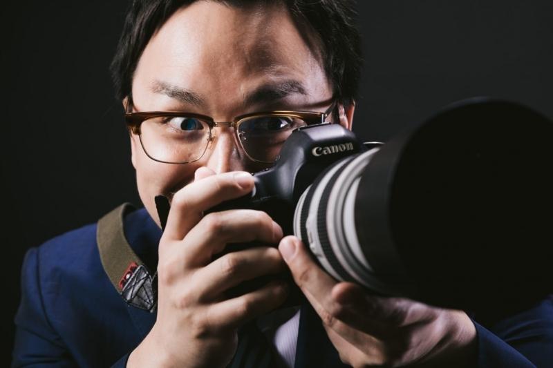 カメラを撮る男性