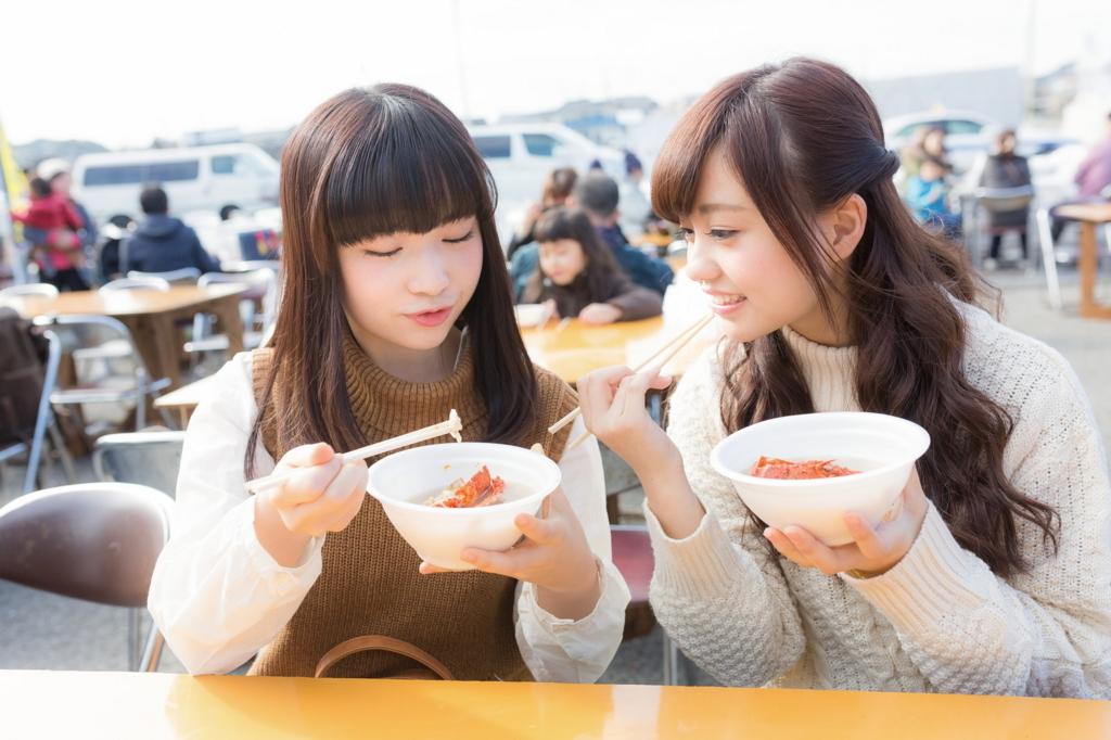 楽しそうに食べる女性二人